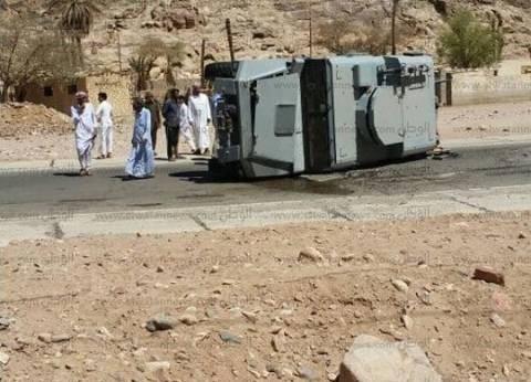 بالصور| حادث انقلاب مدرعة شرطة بطريق وادي فيران في جنوب سيناء