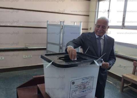بالصور| محافظ جنوب سيناء يدلي بصوته في لجنة رفاعة الإعدادية بالطور