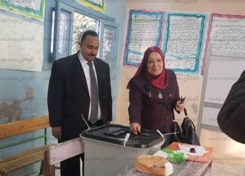 بالصور| رئيس هيئة النيابة الإدارية تصوت بمحرم بك في الاسكندرية
