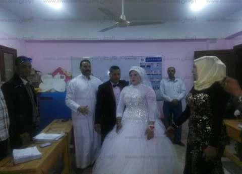 عروسان يؤخران غلق لجنة في بني سويف لإصرارهما على التصويت
