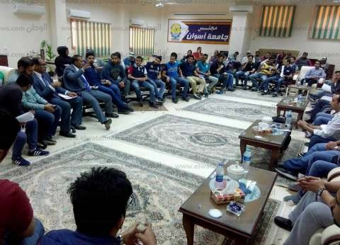 """غلاب يستقبل وفد طلابي بـ""""الحقوق"""" في مدينة أسوان الجديدة"""