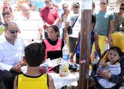 محافظ مطروح يشارك المصطافين احتفالات 30 يونيو على الشواطئ