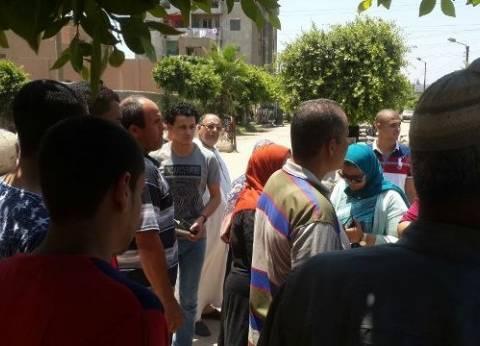 """طلاب يتظاهرون أمام الإدارة التعليمية بـ""""قها"""" اعترضا على إلغاء نتيجتهم بالثانوية العامة"""