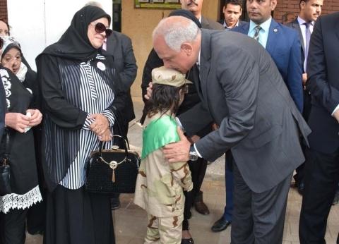 محافظ الجيزة يرافق أسرة الشهيد عقيد أحمد محمود في أول يوم دراسي