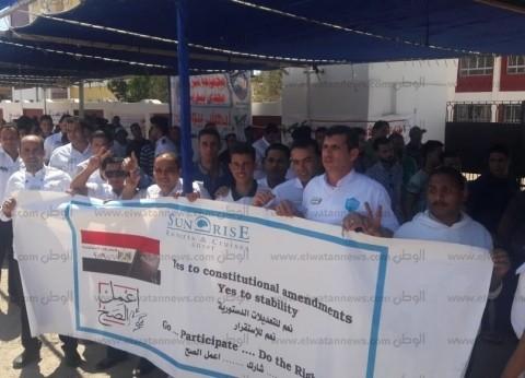 بالصور| مواطنو البحر الأحمر يحتشدون أمام لجان الاستفتاء