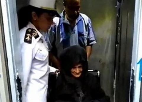 مديرية أمن القاهرة تتولى نقل سيدة مسنة لإحدى دور الرعاية