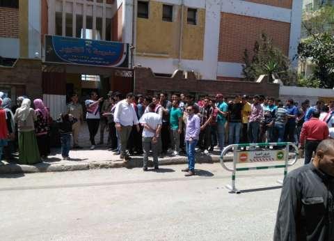 """تجمع شبابي في المنيا أمام لجنة """"6 أكتوبر"""" للاستفتاء.. معظمهم مغتربين"""