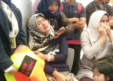 بالصور  أهالي ضحايا الطائرة الإندونيسية ينتظرون جثامين ذويهم