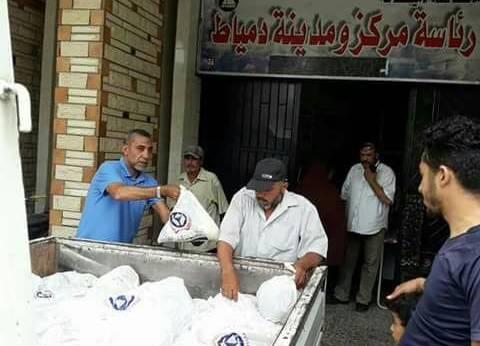 بنك الطعام الدمياطي يوزع المواد الغذائية على عمال النظافة