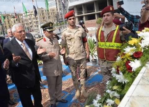 شاروبيم وحجي يضعان أكاليل الزهور على النصب التذكاري للشهداء بالدقهلية