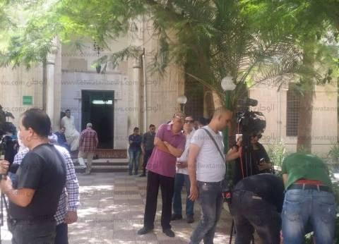 """هدوء أمام مستشفى الحياة قبل خروج جثمان """"محمد شرف"""""""