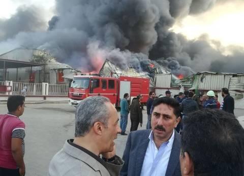 مدير أمن القليوبية يصل موقع حريق مصنع العبور