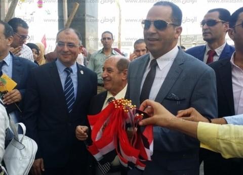 رئيس جامعة دمنهور يستقبل الطلاب الجدد بالأعلام والورود