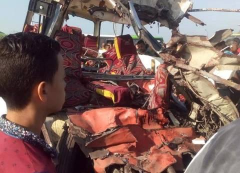 صور| مصرع 7 وإصابة 19 في تصادم أتوبيس وسيارة نقل بطريق بورسعيد