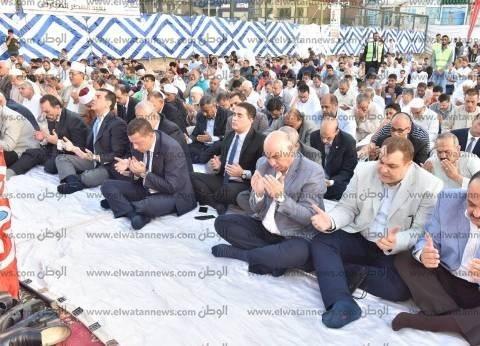 محافظ أسيوط يؤدي صلاة عيد الفطر وسط حشد من المواطنين