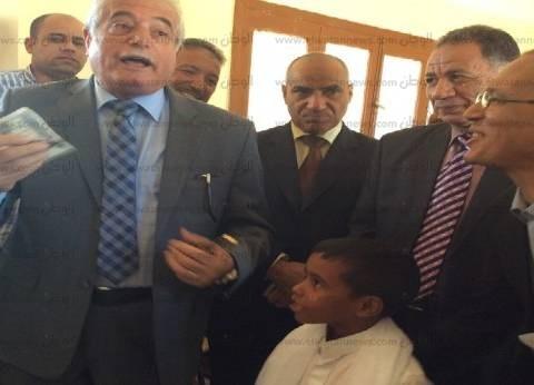 محافظ جنوب سيناء يكافئ تلميذا بـ100 جنيه لتفوقه في القراءة