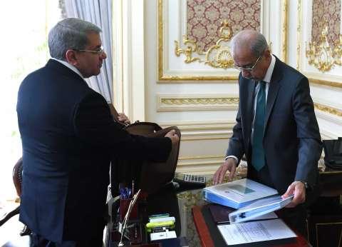 عاجل بالصور| شريف إسماعيل يتسلم مشروع الموازنة العامة من وزير المالية