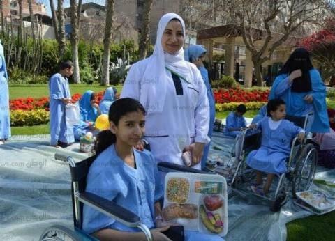 """مرضى الكلى بجامعة المنصورة يحتفلون بشم النسيم في حديقة """"محمد غنيم"""""""
