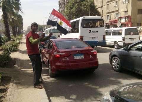 """""""مجدي"""" من """"ركين عربيات"""" لبائع أعلام: """"بسترزق وشاركت الناخبين فرحتهم"""""""