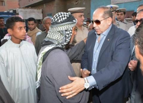"""محافظ سوهاج ومدير الأمن يؤديان واجب العزاء في """"شهيد الواحات"""""""