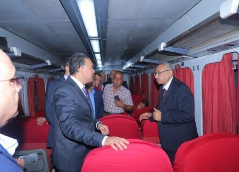 بالصور| وزير النقل يستقل قطار ركاب من بنها إلى الإسكندرية