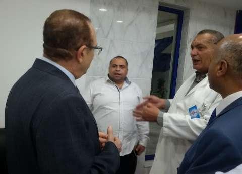 محافظ بني سويف في المستشفى العام لمواساة أسر ضحايا حادث الطريق الصحراوي