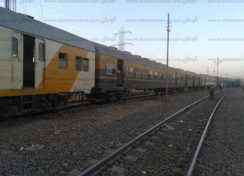 قطار يصدم سيارة نقل اقتحمت السكة الحديد في البحيرة