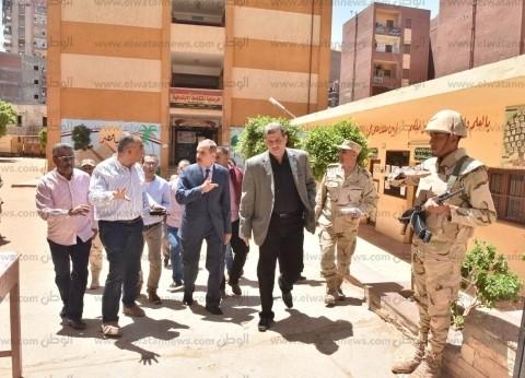 بالصور| محافظ أسيوط يتفقد مقار لجان الاستفتاء
