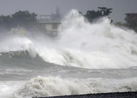 إعصار فاكساي يضرب اليابان ويتسبب في انقطاع الكهرباء واضطراب النقل