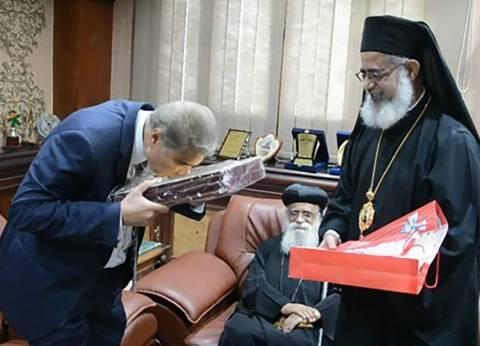 """وفد من الكنيستين """"الكاثوليكية والأرثوذكسية"""" يهدي محافظ المنيا مصحفا"""