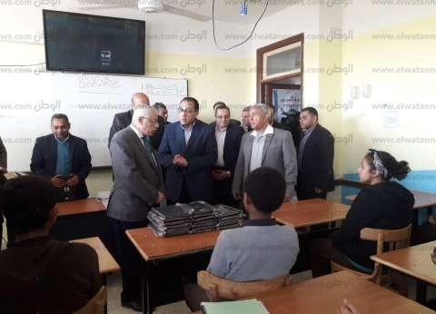 بالصور| مدبولي و5 وزراء يتفقدون عددا من المشروعات في أسوان