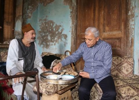 بالصور| جولة لمحافظ المنوفية في «شبين»: تناول الإفطار مع مواطن وجلس بين التلاميذ