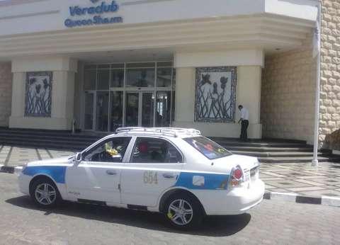 """استعدادا للمؤتمر.. زي موحد لسائقي التاكسي بـ""""شرم الشيخ"""": """"هنلتزم بيه"""""""