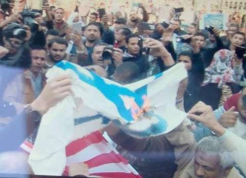 عاجل| متظاهرون يحرقون أعلام أمريكا وإسرائيل أمام الجامع الأزهر