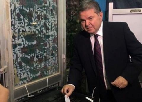 هشام توفيق يدلي بصوته في الاستفتاء بمدرسة سيزا نبراوي بالقاهرة الجديدة