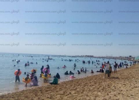 بالصور| توافد المواطنين على شواطئ مدينة الطور ومنطقة حمام موسى