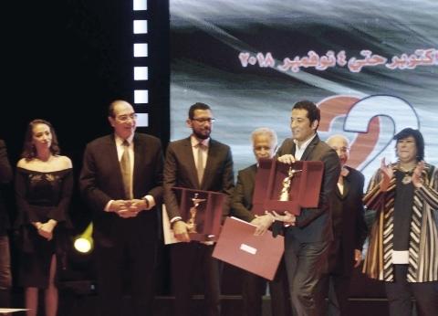 عمرو سعد يهدى جائزة «القومى للسينما» لنجلى ضحية حادث المنيا