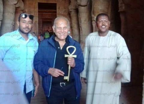 مجدي يعقوب يتفقد معبدي أبو سمبل في زيارة سياحية رفقة وفد إنجليزي