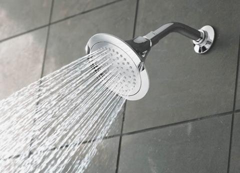 """دراسة: رؤوس """"الدش"""" في الحمامات بؤر للبكتريا"""