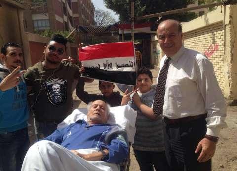 """رغم انزلاق غضروفي وشبه شلل.. """"شاكر"""" يصل لجنته على سرير مستشفى"""
