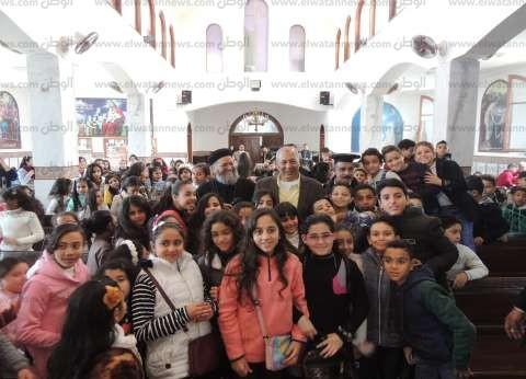 بالصور| مدير أمن مطروح يحتفل مع أطفال كنيسة العذراء بعيد الميلاد