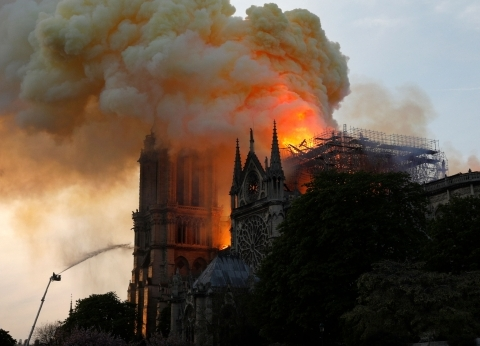 100 صورة لحريق كاتدرائية نوتردام.. يوم أسود على باريس