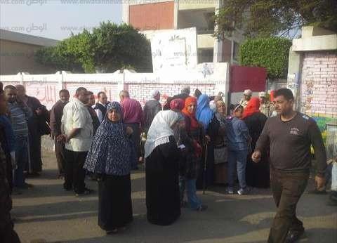 عشرات الناخبين يصطفون أمام اللجان الانتخابية بمنطقة الهضبة