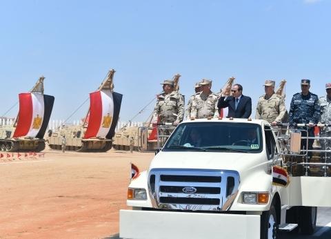 أحد مرافقي الرئيس السيسي في جولة قاعدة محمد نجيب: فخور بالجيش المصري