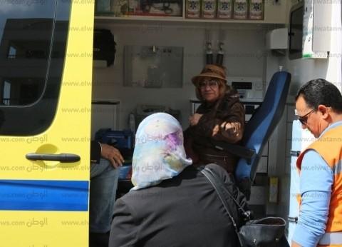 سيدة تدلي بصوتها داخل سيارة إسعاف في السويس