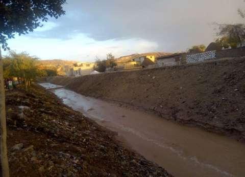 تطهير مخرات السيول في ملوي تحسبا لسقوط أمطار غزيرة بالمنيا
