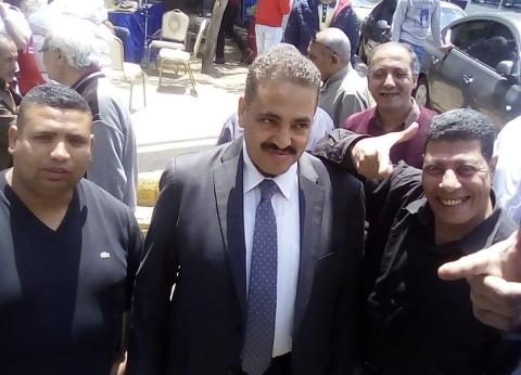 """""""هانت يا مصري"""".. نائب الجيزة يوزع كتيبا على المواطنين لإنجازات السيسي"""