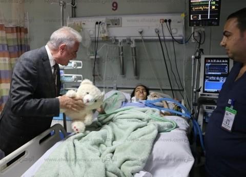 محافظ جنوب سيناء يهدي طفلة مريضة بمستشفى شرم الشيخ لعب وكراسات رسم