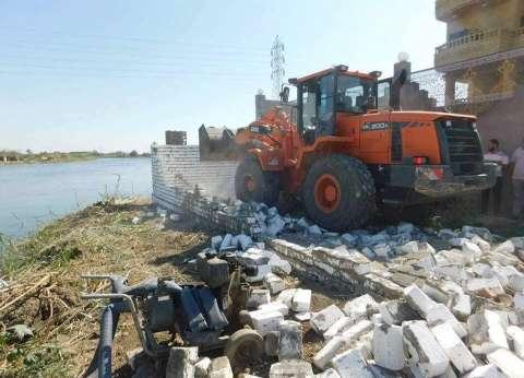 إزالة تعديات بالبناء على أراض زراعية بمركز ديرمواس في المنيا