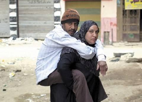 «هبة» تحمل زوجها المريض على ظهرها: «هشيله لحد ما أموت»